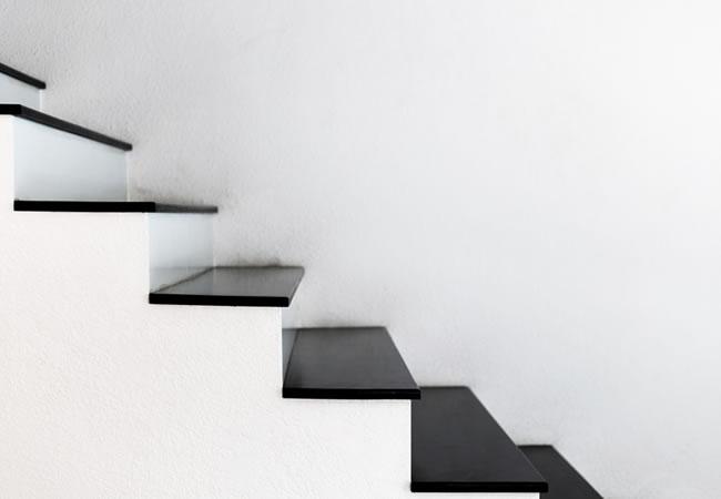 Trapbekleding in natuursteen voor betonnen trappen for Hout voor traptreden