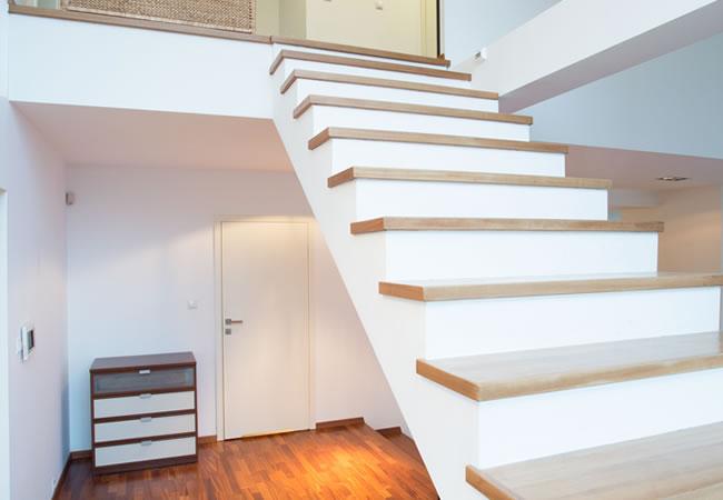 Trapbekleding in hout of laminaat voor betonnen trappen for Steektrap hout