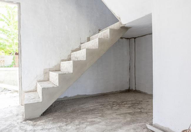 Ter plaatse gestorte betontrap plaatsen betonnen trap