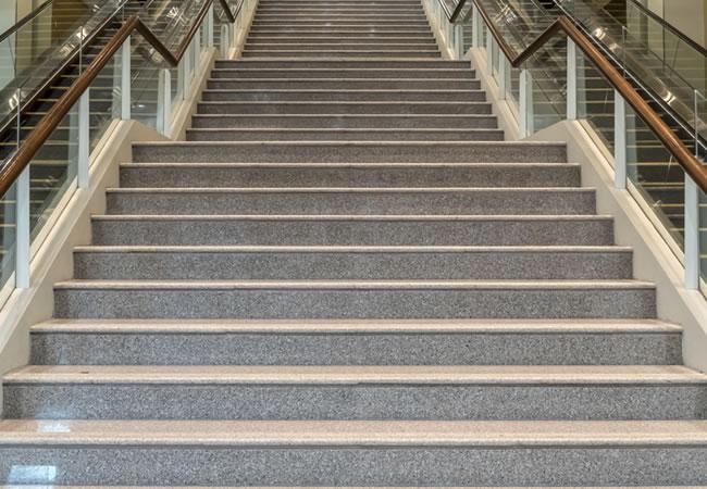 Trapbekleding in natuursteen voor betonnen trappen for Houten trap voor buiten
